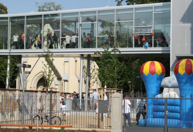 Besonders beliebt am Tag der Eröffnung: Die gläserne Brücke zwischen den Schulgebäuden. Foto: Ralf Julke