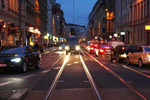 Abendverkehr in der inneren Jahnallee. Foto: Ralf Julke