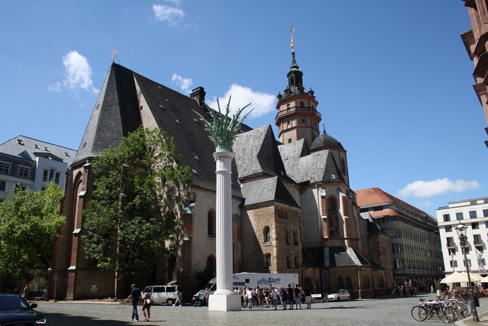 Der Nikolaikirchhof mit der Erinnerungssäule an den Herbst '89. Foto: Ralf Julke