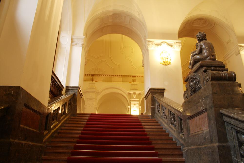 Foyertreppe im Neuen Rathaus. Foto: Ralf Julke
