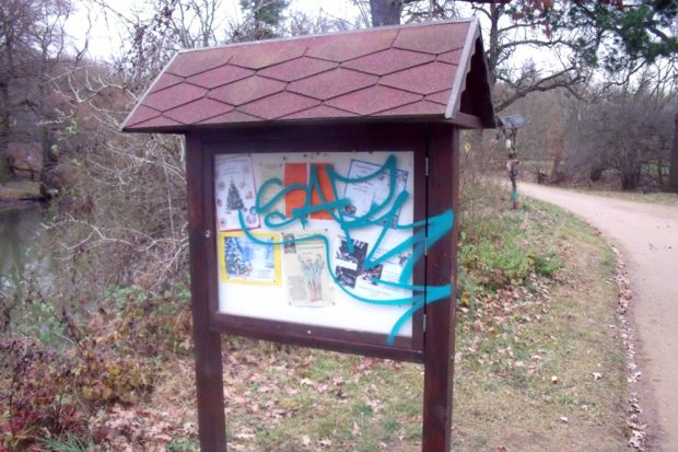 Beschmiertes Schild an der Auwaldstation. Foto: Franka Seidel, Auwaldstation