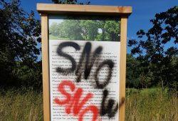 Die beschmierte Tafel auf dem NuKLA-Grundstück. Foto: NuKLA e.V.