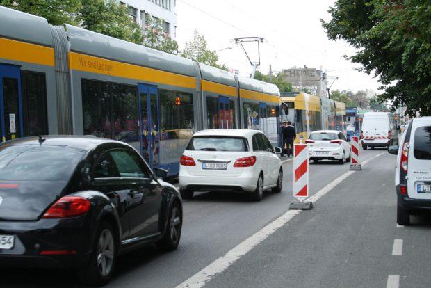 Auch Leipzigs Straßenbahnen stehen manchmal- wie hier nach einem Verkehrsunfall - im Stau. Foto: Ralf Julke