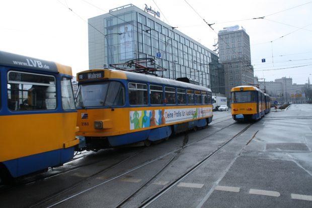 Manchmal sieht Straßenbahn ganz schön alt aus in Leipzig ... Foto: Ralf Julke