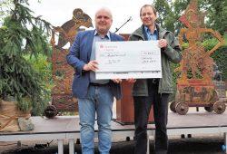 Zoodirektor Prof. Jörg Junhold übergibt Spende an Martin Radday vom WWF. Foto: Zoo Leipzig