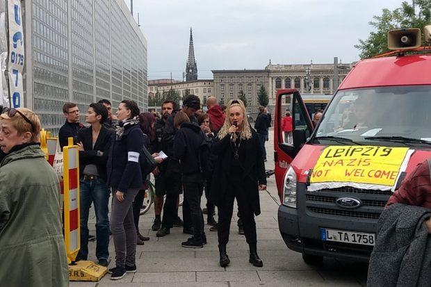 Kurz nach 18 Uhr. Irena Rudolph-Kokot (SPD) von Leipzig nimmt Platz am Mikrofon und mit Daniela Kolbe (links) hat sich auch eine Bundestagsabgeordnete aus der SPD eingefunden. Foto: L-IZ.de