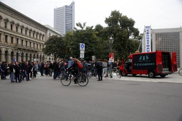 18 Uhr: Leipzig nimmt Platz auf dem Leuschnerplatz. Foto: L-IZ.de