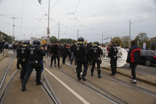 Gegendemonstranten werden von Polizei zurückgehalten. Foto: L-IZ.de