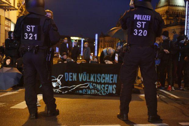 Der Gegenprotest sieht sich mit der Polizei konfrontiert und wird gherade (kurz nach 20 Uhr) an der Harkortstraße geräumt. Foto: L-IZ.de