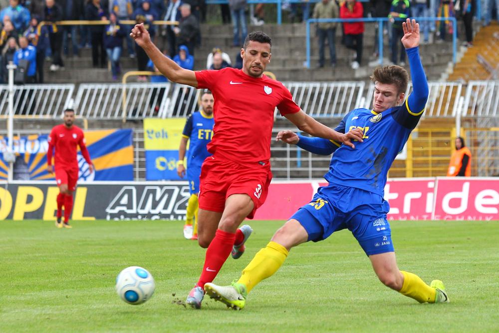 Marco Karim Benyamina (li.) - hier im Zweikampf mit Peter Misch - sorgte für den einzigen Treffer des Spiels. Foto: Jan Kaefer