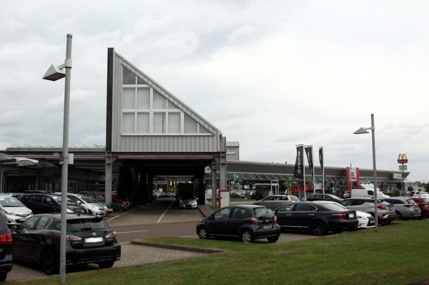 """Glücklich ist hier gerade niemand, man sei in """"Schockstarre"""" im Autohaus Saxe am Sandberg 59. Foto: L-IZ.de"""