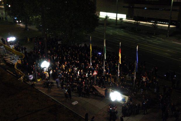Nach 21 Uhr: Die Demo aus Connewitz ist vor dem Rathaus angekommen. Foto: L-IZ.de