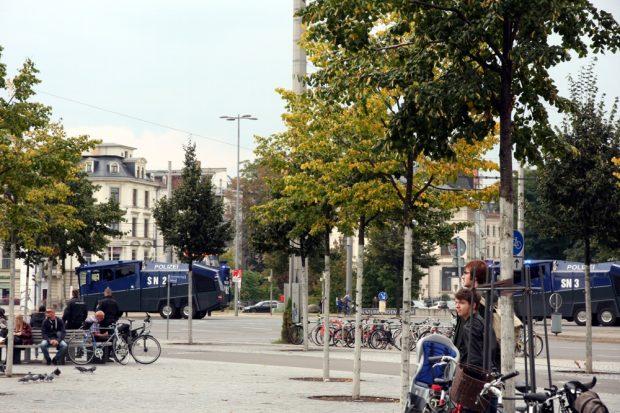 Erst eins, dann zwei ... Drei Wasserwerfer hat die Polizei heute mindestens mitgebracht. Foto: L-IZ.de