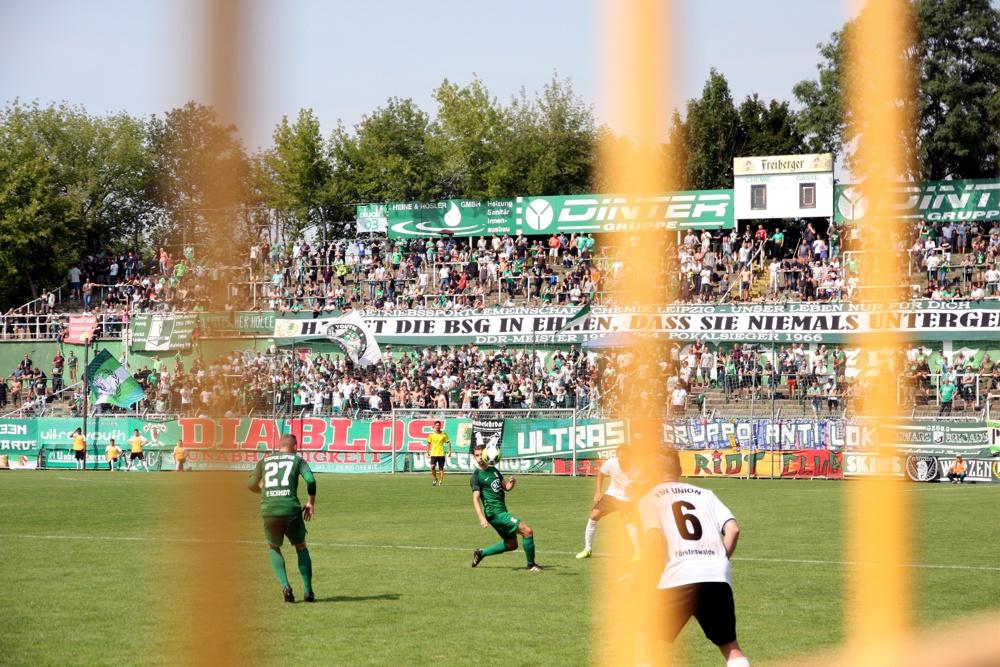 Im Umfeld der BSG Chemie gelauscht - Der Fanblock im Alfred-Kunze-Sportpark in Leutzsch. Foto: L-IZ.de
