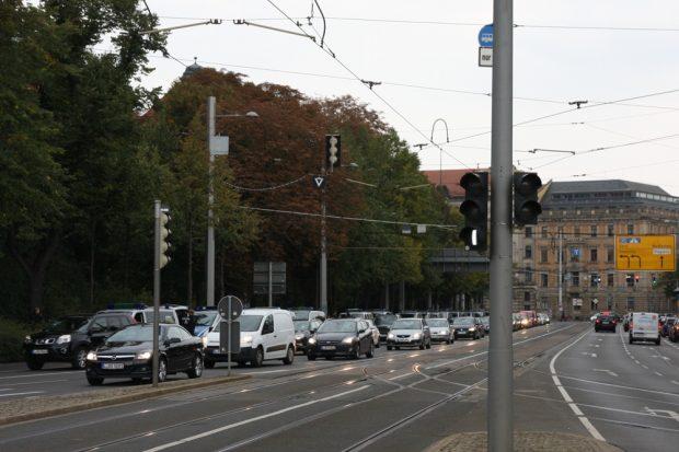 Keine Dreierreihe - die Polizei spielt Standstreifen auf dem inneren Goerdelerring. Foto: L-IZ.de