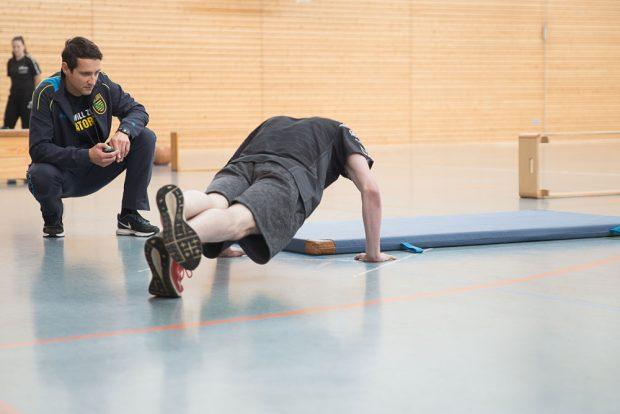 Markus Hirsch mit einem Bewerber. Foto: Polizei Sachsen