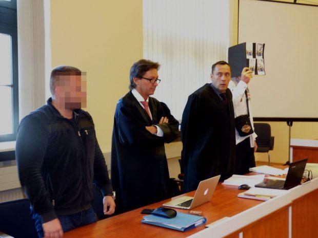 Die Angeklagten Roman W. (30, l.) und Thomas K. (30, r.) mit ihren Verteidigern Andreas Meschkat und Mario TDie Angeklagten Roman W. (30, l.) und Thomas K. (30, r.) mit ihren Verteidigern Andreas Meschkat und Mario Thomas (v.l.). Foto: Lucas Böhme