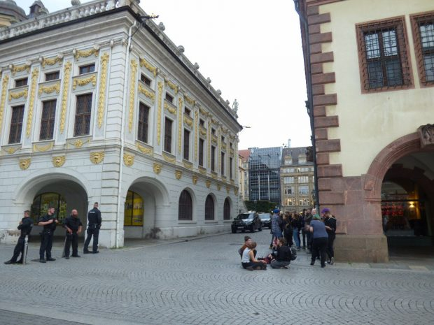 Die Spontanversammlung fand an der Ecke zum Alten Rathaus statt. Foto: Lucas Böhme