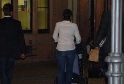 Kurz nach 22 Uhr: Frauke Petry verlässt den Ort in Begleitung. Foto: Lucas Böhme