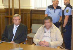 Faouzi A. (37) vor der Urteilsverkündung mit seinem Verteidiger Malte Heise. Foto: Lucas Böhme