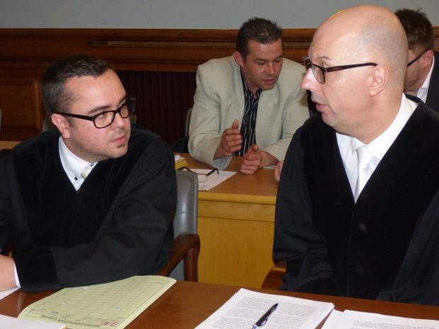 Wollen gemeinschaftlich begangenen Mord nachweisen: Oberstaatsanwalt Guido Lunkeit (r.) und Staatsanwalt Nico Teske. Foto: Lucas Böhme
