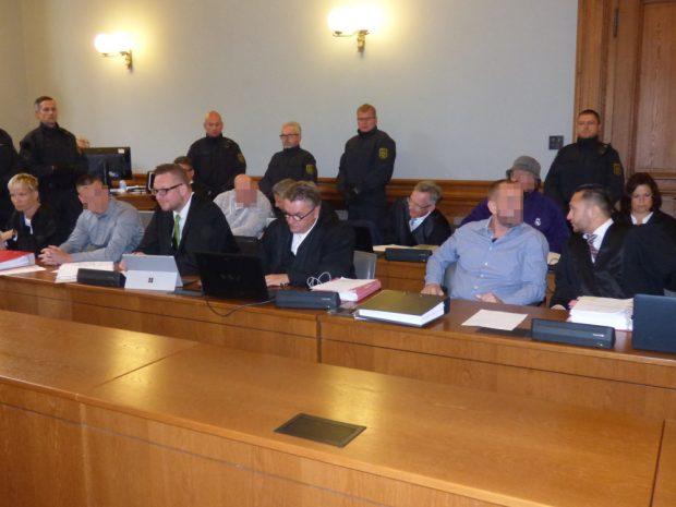 Die vier Angeklagten Ferenc B. (40), Frank M. (46) vorn, Stefan S. (31) und Marcus M. (35) hinten (jew. v.l.) mit ihren Anwälten. Foto: Lucas Böhme