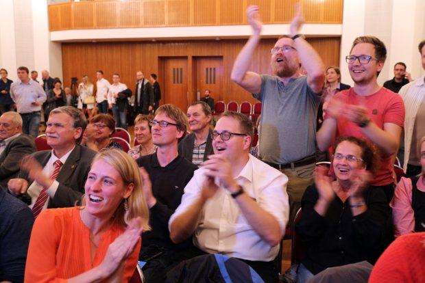 Offenbar alles ricjtig gemacht. Jubel bei den Linken schon im Rathaus bei jeder neuen Hochrechnung. Foto: L-IZ.de