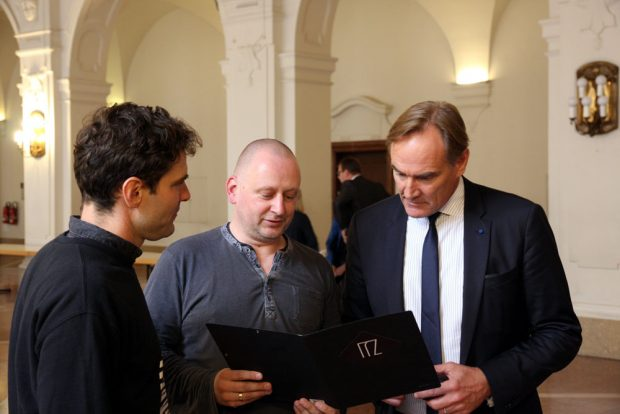 Petitionsübergabe durch Alexander Loth (IfZ) und Steffen Kache (Distillery) an Burkhard Jung zur Sperrstundenaufhebung. Foto: L-IZ.de