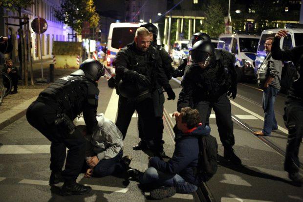 Polizei räumt eine Miniblockade. Foto: L-IZ.de