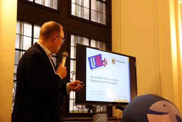 Verwaltungsbürgermeister Ulrich Hörning bei der Präsentation der U18-Wahlergebnisse für Leipzig. Foto: L-IZ.de