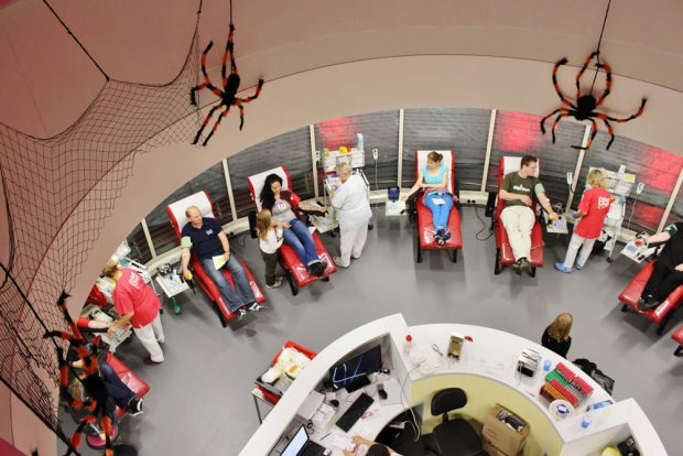 """Erfolgreicher UKL-Event: Zahlreiche unerschrockene Blutspender ließen sich bereits im Rahmen vergangener Vampirnächte Blut """"abzapfen"""". Foto: Corinna Schulze"""