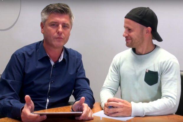 """Einer erklärt, einer ist kurz davor, lachen zu müssen. Norman Landgraf und Martin Hoch im """"Vorspiel"""" vom 15.09.2017. Screen: Video Heimspiel TV"""