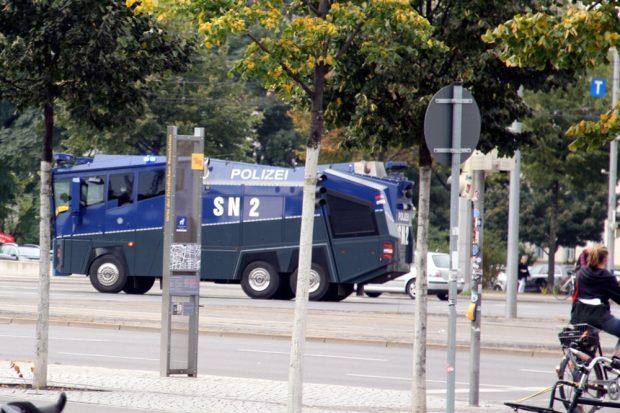 Und schon wieder ein Wasserwerfer auf dem Goerdelerring. (vielleicht fahren die aber auch immer im Kreis?). Foto: L-IZ.de