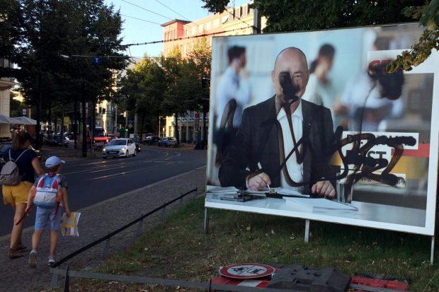 Siehst Du auch schwarz? Großflächige Plakatierung des CDU-Kandidaten und Zerstörungen bei Dr. Thomas Feist auf dem Waldplatz. Foto: L-IZ.de