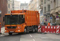 Sammelfahrzeug der Leipziger Stadtreinigung mit Grüner Plakette. Foto: Ralf Julke