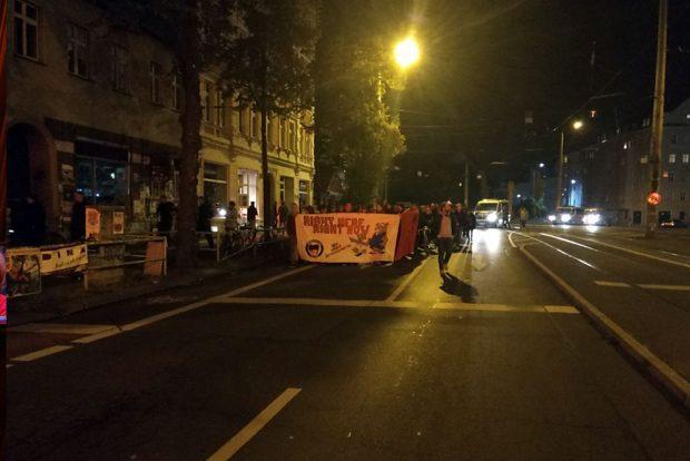 20:40 Uhr – Die Demo hat sich in Richtung Rathaus in Bewegung gesetzt. Foto: L-IZ.de