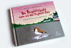 Moni Port, Philipp Waechter: Der Flugplatzspatz nahm auf dem Flugblatt Platz. Foto: Ralf Julke