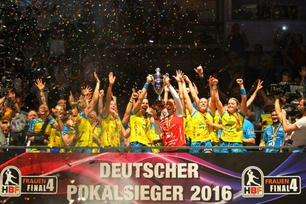 Ein Bild aus glücklichen Tagen – Der Pokalsieg 2016 war der letzte Titelgewinn des HC Leipzig. Foto: Jan Kaefer