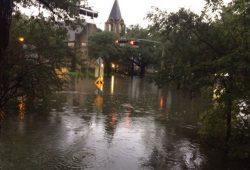 """Hurricane """"Harvey"""" in Houston am 27. August: Blick vom Pfarrhaus der Gemeinde """"Christ the King Lutheran Church"""" zur Kirche (Partnergemeinde der Kirchgemeinde St. Thomas). Quelle: Thomaskirche"""
