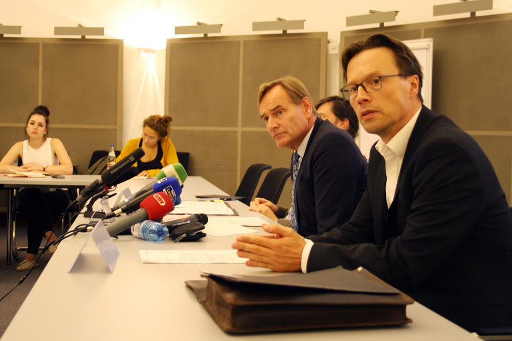 OBM Burkhard Jung (hier mit Pressesprecher Matthias Hasberg) bei der PK zur Sicherheitslage. Foto: Ralf Julke
