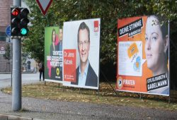 SPD-Kandidat Jens Katzek (Plakat in der Mitte) ganz ohne Botschaft. Foto: Ralf Julke