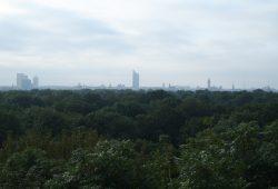 Silhouette der Metropole über dem Bäumen. Foto: Ralf Julke