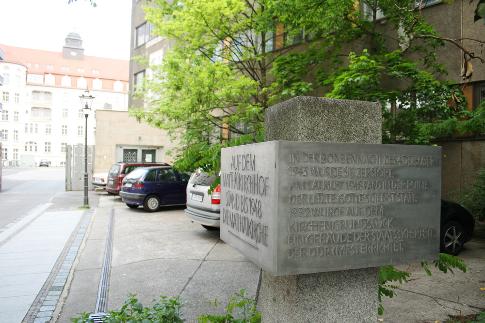 Die Erinnerungsstele für die gesprengte Matthäikirche am Matthäikirchhof. Foto: Ralf Julke