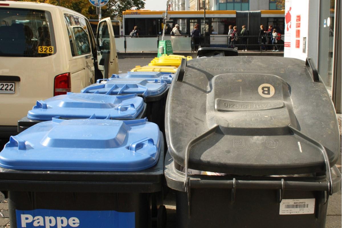Wartende Mülltonnen. Foto: Ralf Julke
