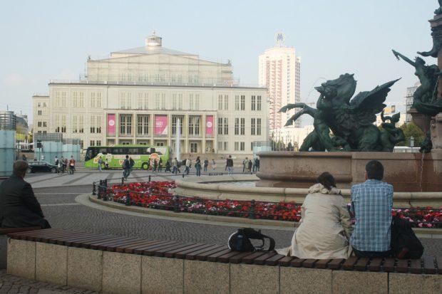 Blick vom Mendebrunnen zum Opernhaus. Foto: Ralf Julke