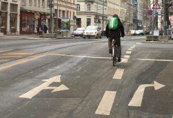 Radfahrer am Peterssteinweg / KarLi. Foto: Ralf Julke