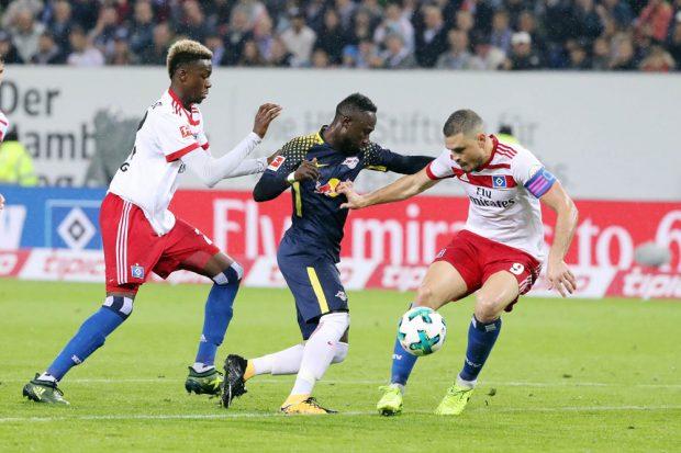 Gideon Jung (HSV), Naby Keita (RB Leipzig) und Kyriakos Papadopoulos (HSV) im Zweikampf. Foto: GEPA pictures/Sven Sonntag