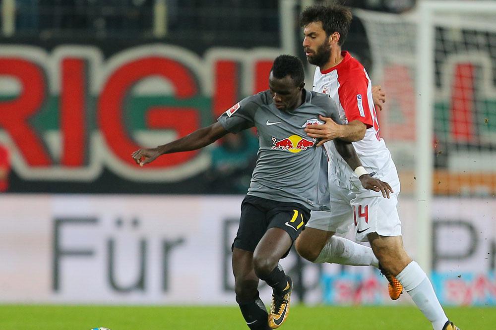 Armindo Tue Na Bangna (RB Leipzig) und Jan Moravek (Augsburg) im Zweikampf. Foto: GEPA pictures/Thomas Bachun