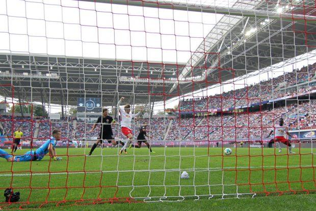 Jean-Kévin Augustin stand goldrichtig und konnte den Ball ohne Gegenwehr ins Tor hauen. Foto: GEPA pictures/Roger Petzsche