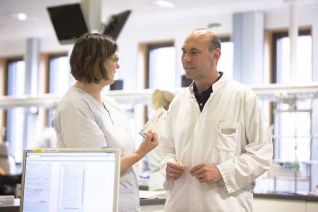 Professor Florian Lordick, Direktor des UCCL, hier im Gespräch mit Schwester Anke Treichel. Foto: Stefan Straube/UKL